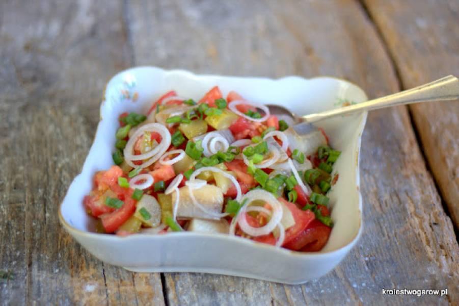 Sałatka z ogórków, pomidorów i śledzi