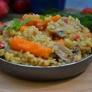 Ryż brązowy na ostro z młodymi marchewkami i pieczarkami