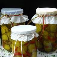Zimowa sałatka z ogórków, papryki, selera naciowego i kurkumy