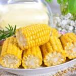 Kukurydza gotowana w kolbach z masłem czosnkowym