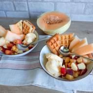Gofry z lodami waniliowymi i sałatką owocową
