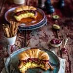 Croissanty z jajecznicą, kurkami i chutneyem śliwkowym