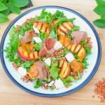 Sałatka z grillowaną brzoskwinią, prosciutto, kozim serem i dressingiem brzoskwiniowym