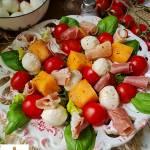Sałatka z melonem szynką i serem mozzarella