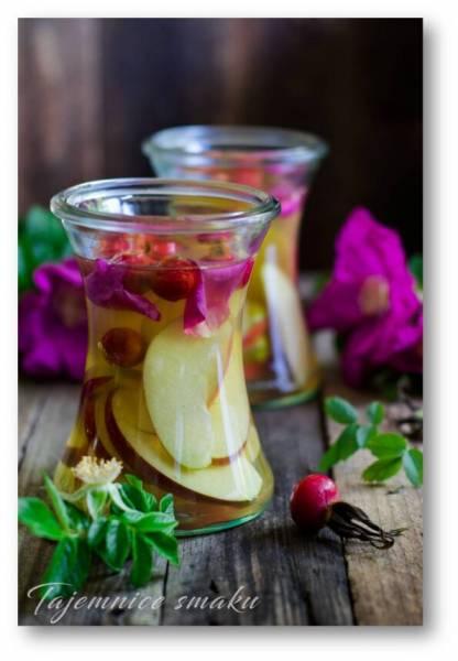 Ocet jabłkowy z owocami i płatkami dzikiej róży