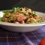 Makaron orzo z warzywami i kiełbasą
