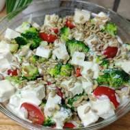 Sałatka z brokułem, fetą i pomidorami - pysznie i kolorowo