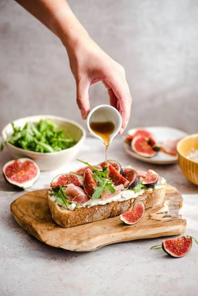 Grzanki z serem kozim i figami