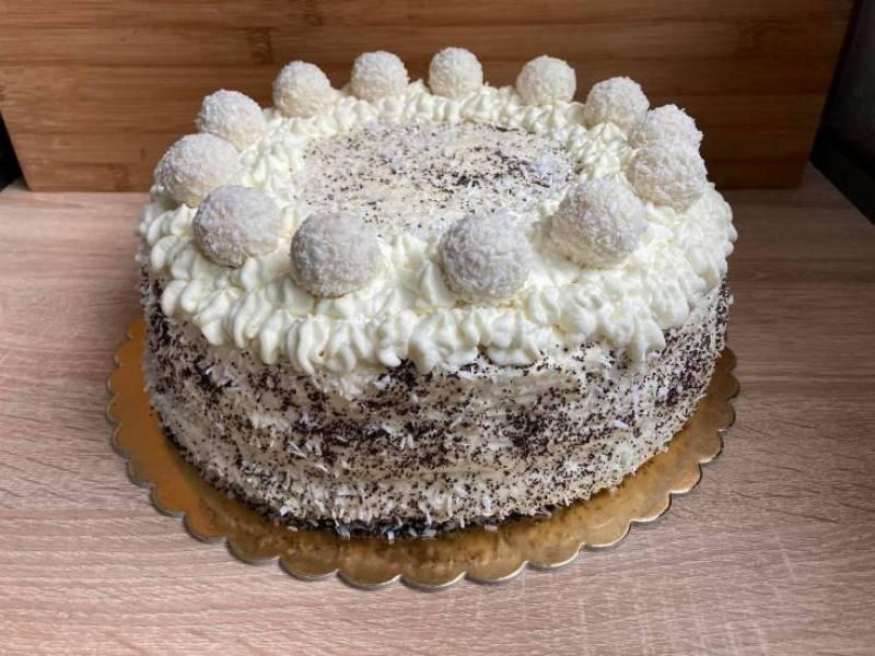 Tort kokosowy z białą czekoladą na makowym biszkopcie