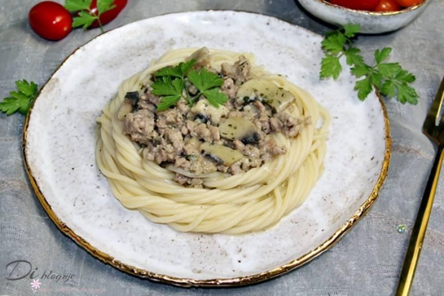 Spaghetti z mięsem mielonym i sosem pieczarkowym