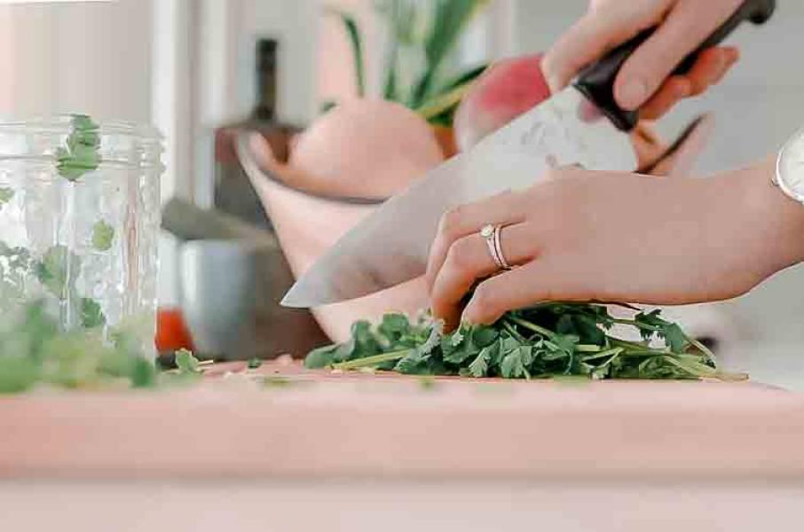 Przydatne akcesoria kuchenne: to musi mieć każdy miłośnik gotowania!