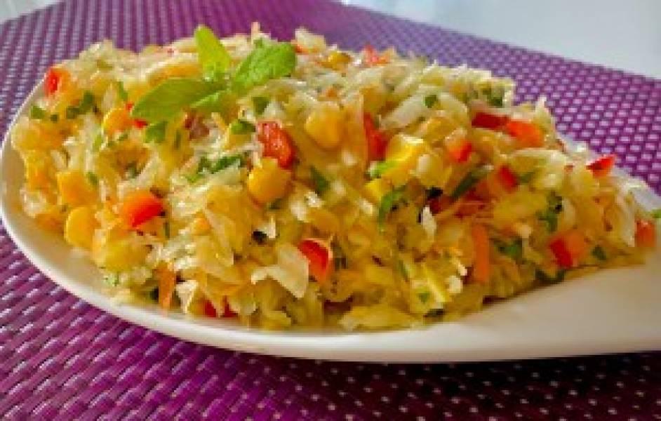 Pyszna surówka obiadowa z kiszoną kapustą i kukurydzą