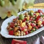 Sałatka z ciecierzycą i pomidorami.