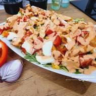 Sałatka z kurczakiem, camembertem i sosem tysiąca wysp