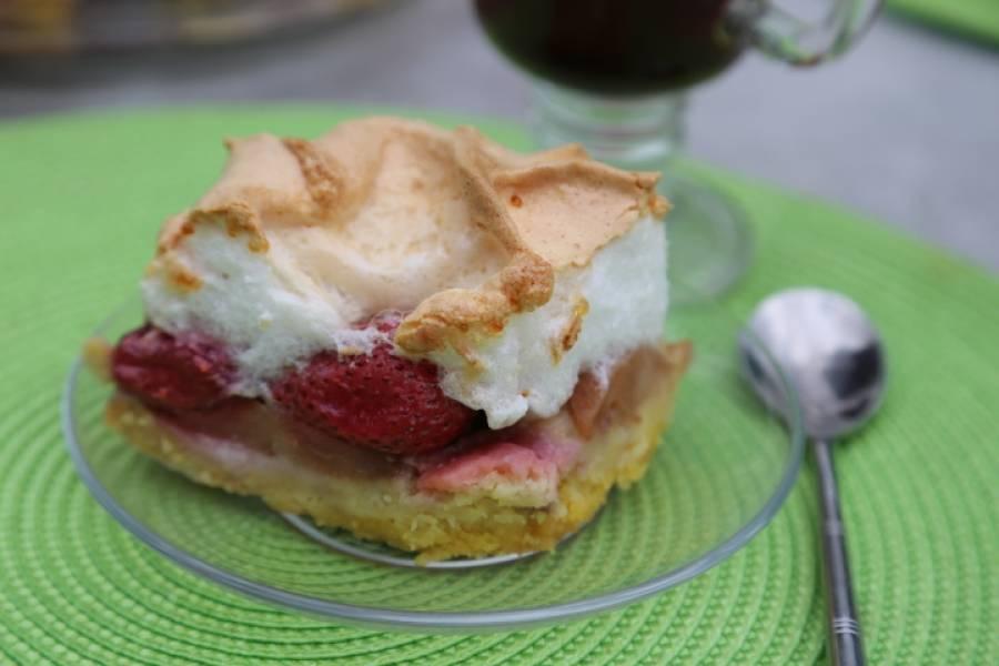 Owocowe kruche ciasto pod bezą