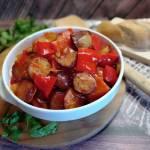 Pikantny gulasz z kiełbasy i papryki