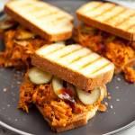 Szarpane mięso z kurczaka po gotowaniu rosołu. Świetne do kanapek na ciepło. PRZEPIS