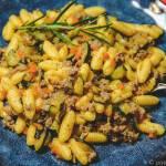 Makaron Gnocchetti sardi (Malloreddus) z sosem z cukinii i kiełbasy Salsiccia.
