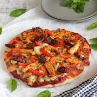 Włoska pizza z kurczakiem, cebulą, papryką i suszonymi pomidorami