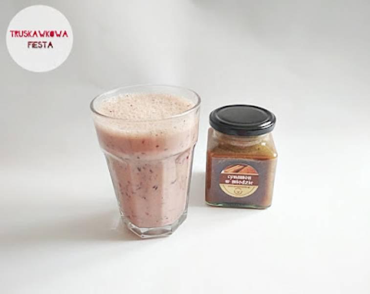 Koktajl z śliwkami, borówkami, cynamonem w miodzie i jogurtem naturalnym