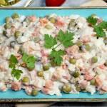 Szybka sałatka z ryżem, marchewką, groszkiem i jajkami