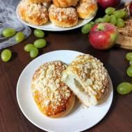 Bułki drożdżowe z jabłkami i kruszonką.