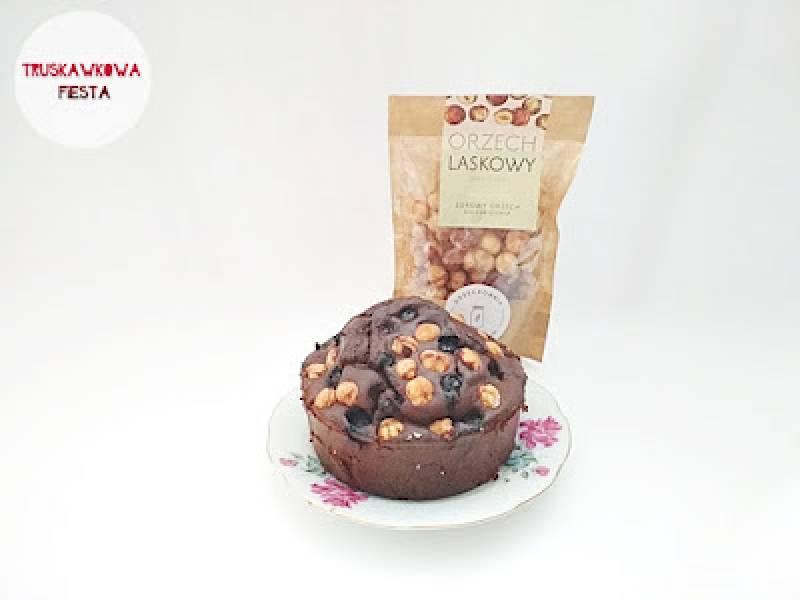 Ciasto kakaowe z orzechami laskowymi i borówkami