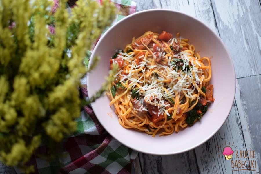Makaron z chorizo i ze szpinakiem w sosie pomidorowym