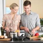 3 sposoby na zaoszczędzenie czasu w kuchni – wyposażenie kuchni Twoim sprzymierzeńcem