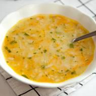 Rosół z kaszą manną. Wspomnienie ze stołówki, zrobiony w domu jest pyszną i pożywną zupą. PRZEPIS