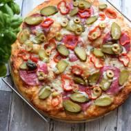 Pizza z salami, papryką, ogórkiem kiszonym i oliwkami