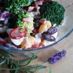 Sałatka brokułowa z czerwoną fasolką, chilli i jajkiem
