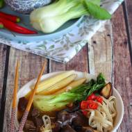 Sycąca zupa azjatycka z wołowiną i makaronem ryżowym