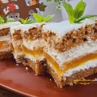 Marchewkowe ciasto z musem brzoskwiniowym i bitą śmietaną