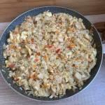 Smażony ryż z kurczakiem i warzywami w stylu azjatyckim