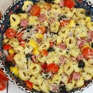 Włoska sałatka tortellini z salami
