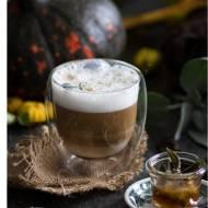 Jesienna kawa z syropem klonowym, szałwią i kolorowym pieprzem