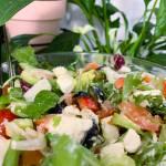 Grecka sałatka z fetą i oliwkami